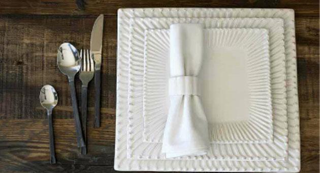 Paris - Assiette plate carrée en faience décor renaissance